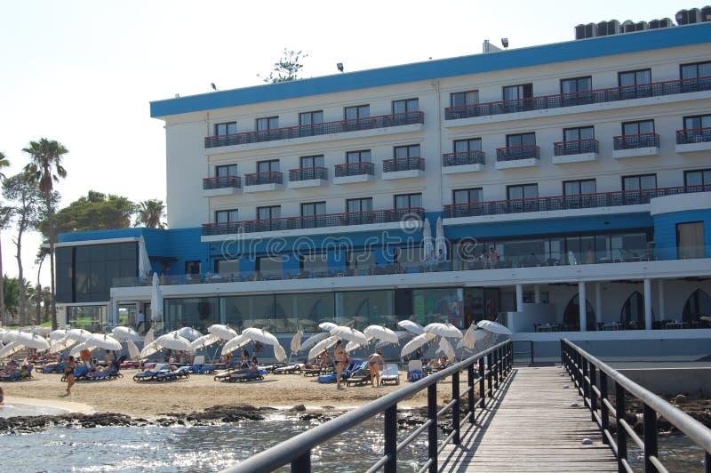Luxuty hotell vid havet i Cypern royaltyfria foton