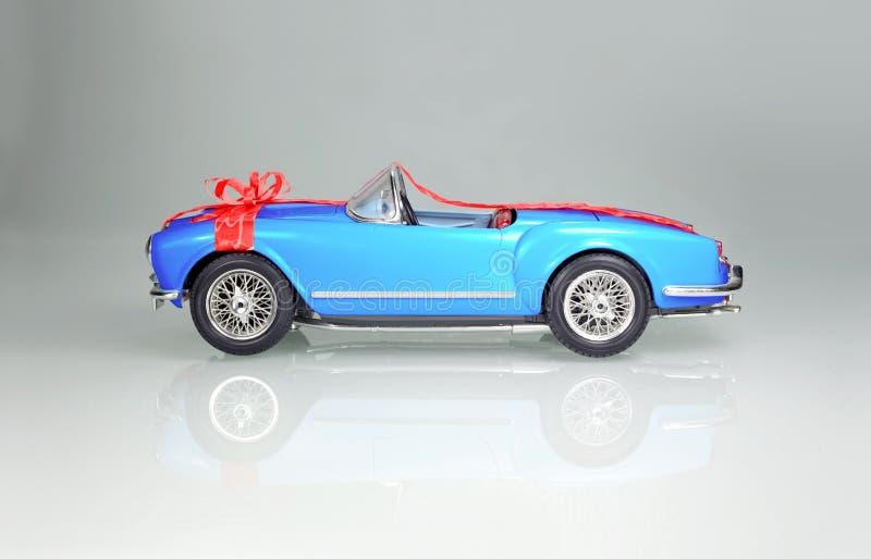 Luxuxauto als Geschenk lizenzfreies stockbild