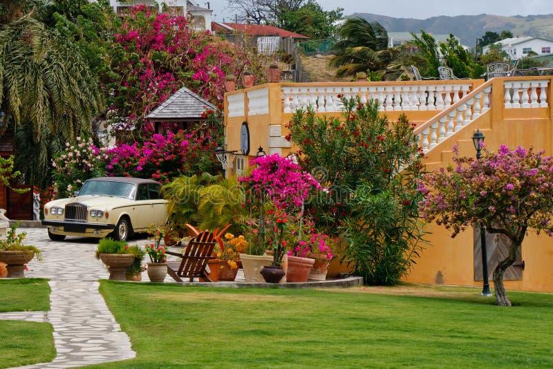 Luxuxauto durch Stucco Home in den Tropen lizenzfreies stockbild