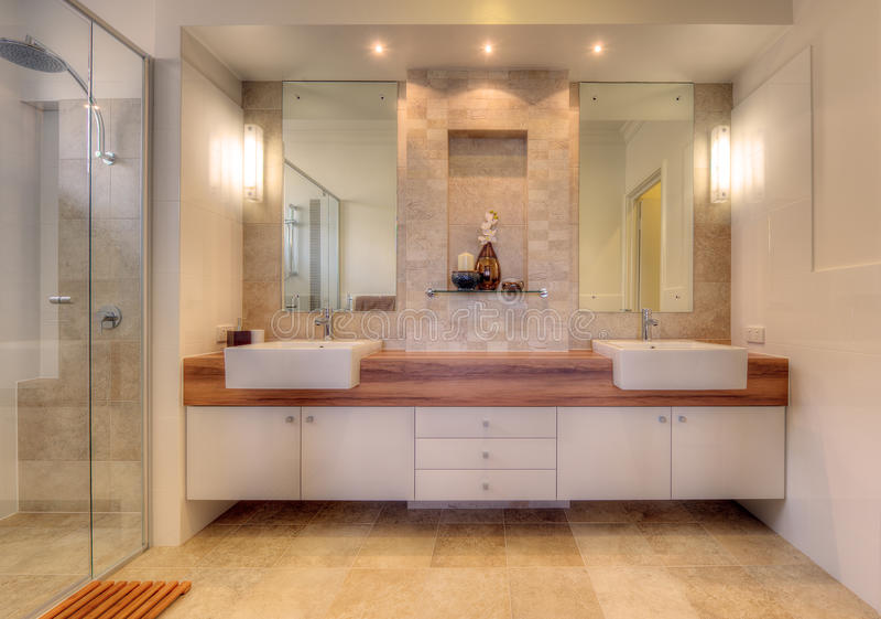 Luxuxbadezimmer im modernen Haus lizenzfreies stockbild