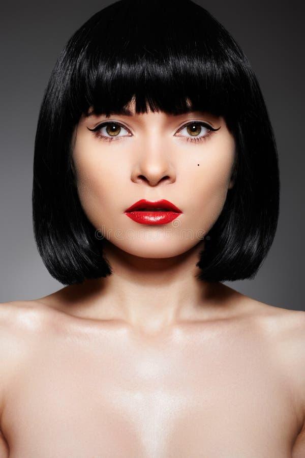 Luxuxfrau mit Art und Weiseverfassung u. Pendelfrisur stockfoto