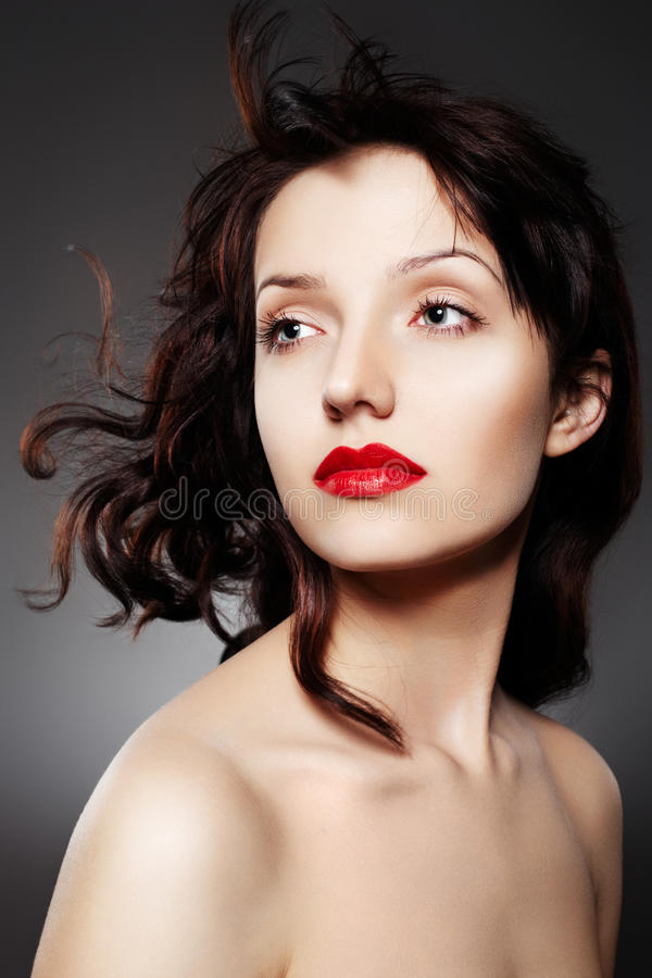 Luxuxfrau mit den saftigen roten Lippen stockfoto