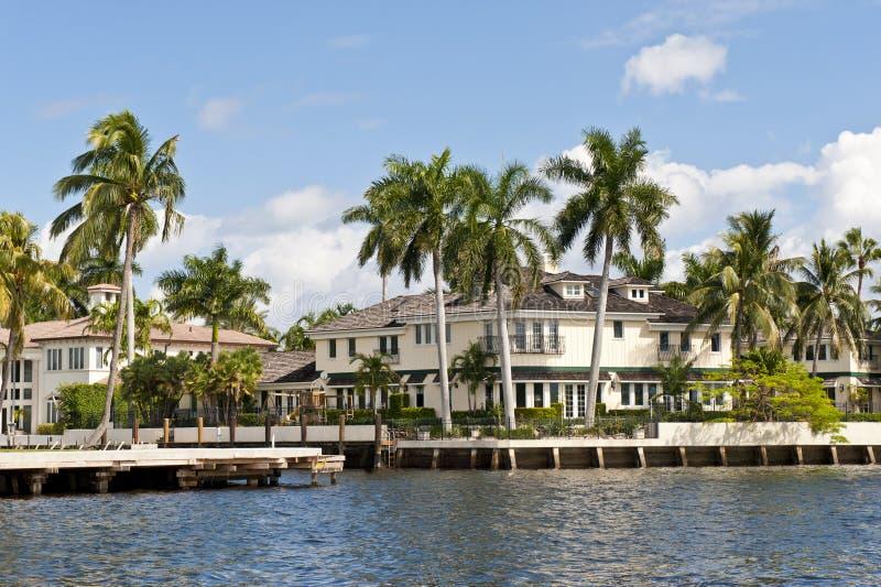 Luxuxhäuser durch Kanalwasser-strasse lizenzfreies stockfoto