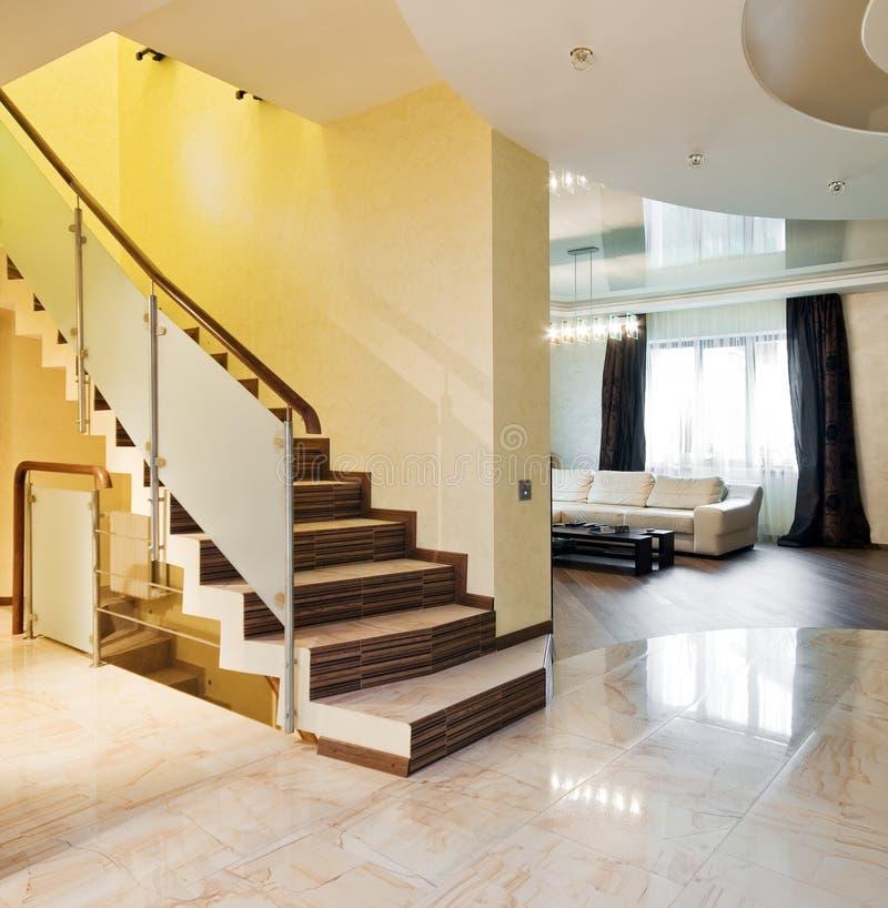 Luxuxhalle mit Treppenhaus in einem Haus lizenzfreie stockfotografie