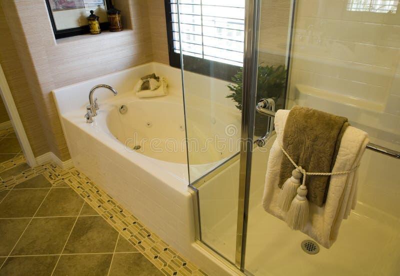 Luxuxhauptbadezimmer. stockbilder