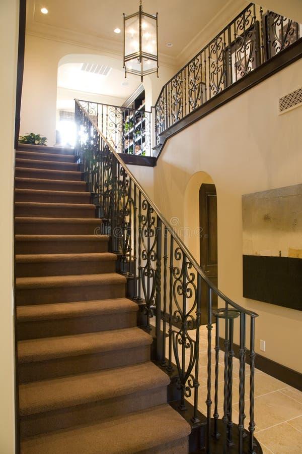 Luxuxhaupttreppenhaus. lizenzfreie stockfotografie