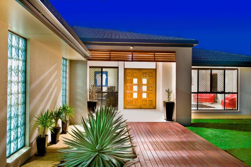 Luxuxhaus mit hölzernen Türen lizenzfreie stockbilder