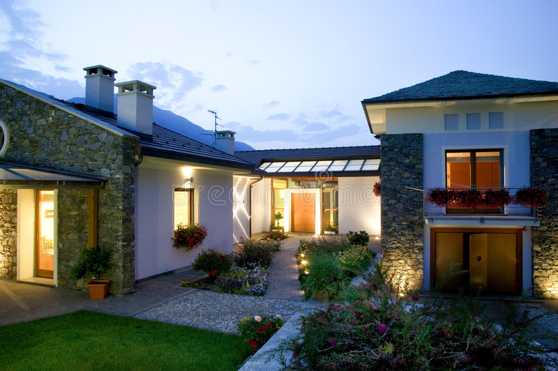 Luxuxhaus am Sonnenuntergang lizenzfreies stockbild