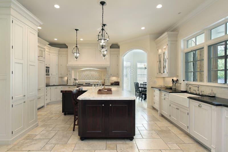 Luxuxküche mit weißem Cabinetry stockfotos