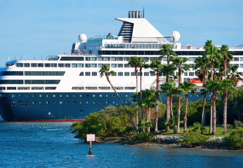 LuxuxKreuzschiff, das durch Insel kreuzt stockfotografie