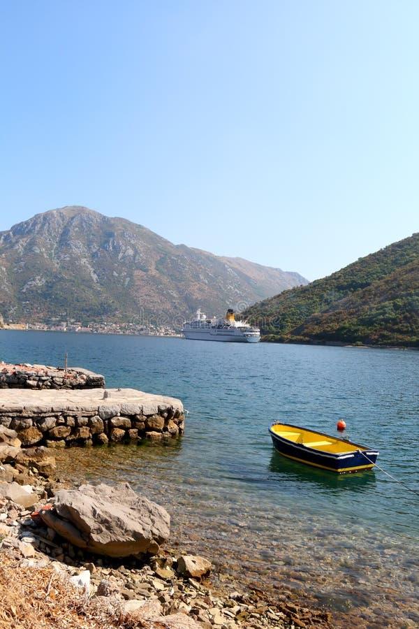 LuxuxKreuzschiff und kleines Boot in Meer stockfoto