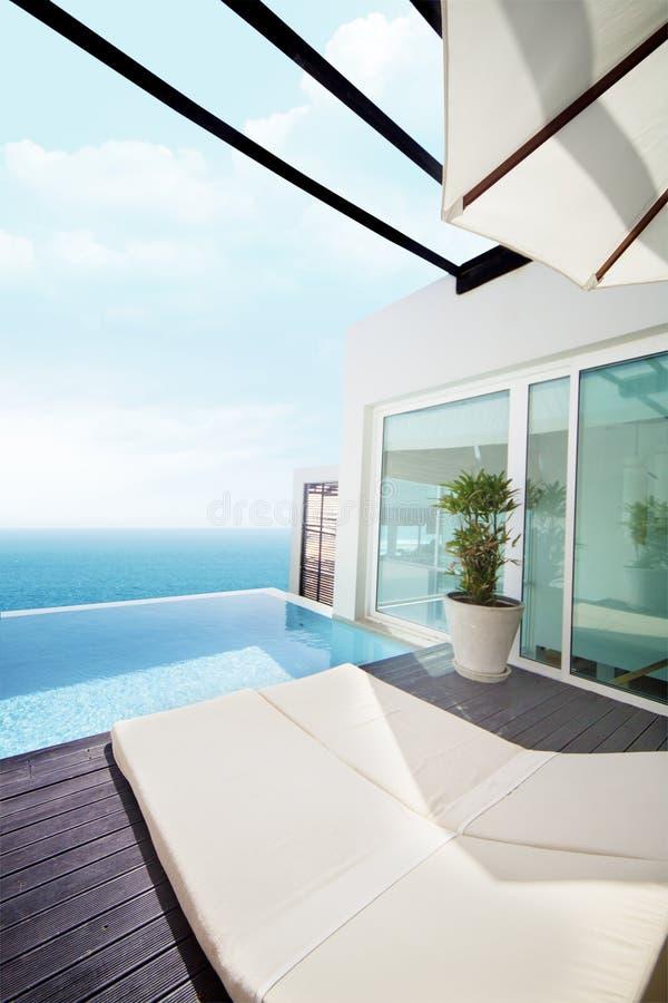 Luxuxlandhaus mit Ozeanansicht stockfotografie