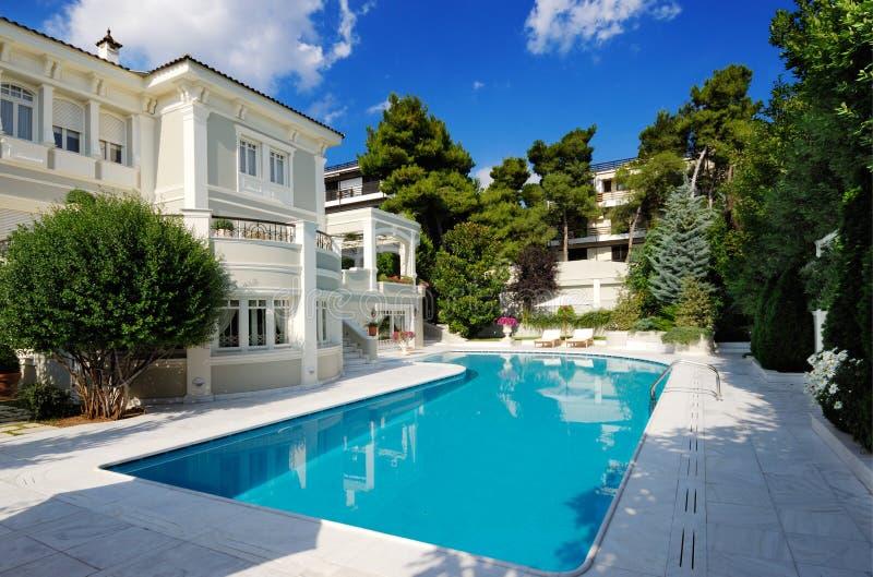 Luxuxlandhaus mit Swimmingpool lizenzfreies stockfoto