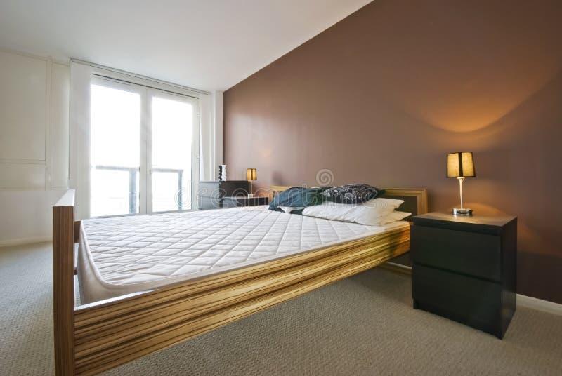 Luxusschlafzimmer im Braun stockbild