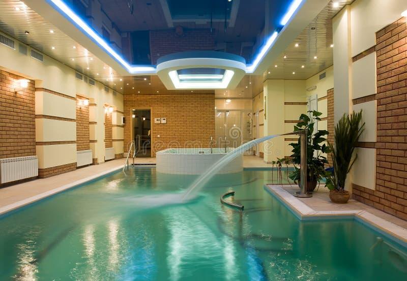 Luxuxswimmingpool stockbilder
