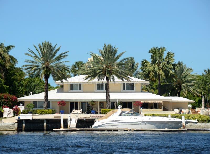 Download Luxuxufergegendhaus stockbild. Bild von wohnsitz, fort - 27732659