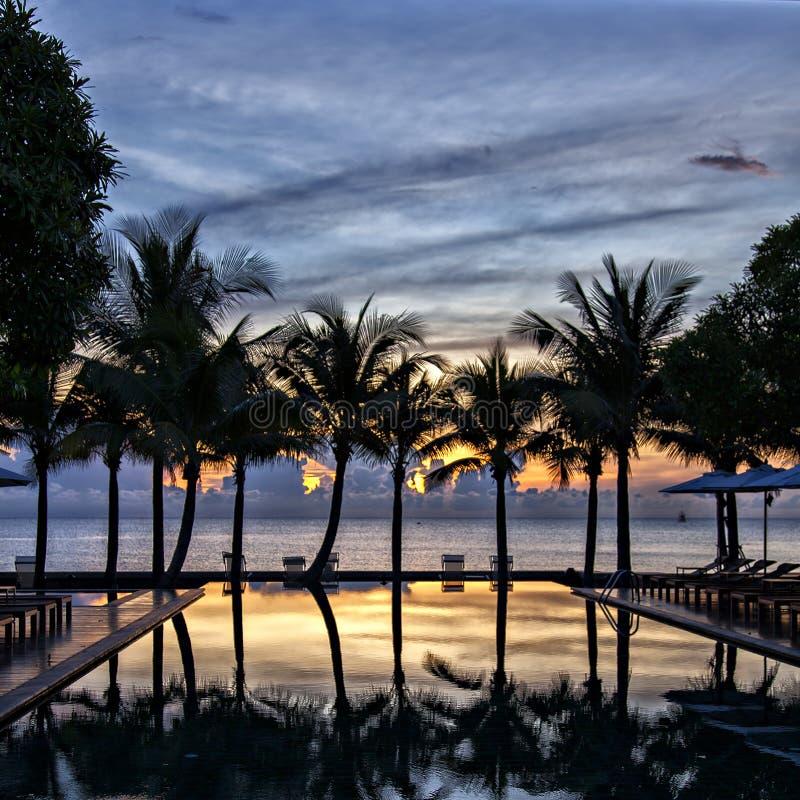 Luxuxunbegrenztheitspool am Sonnenuntergang stockbild