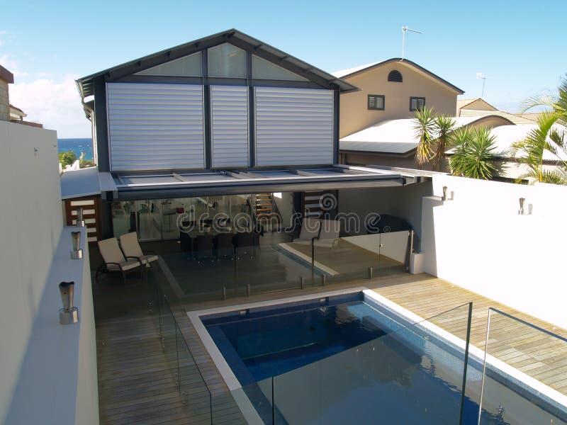 Luxuxwohnsitz mit Pool stockfotografie