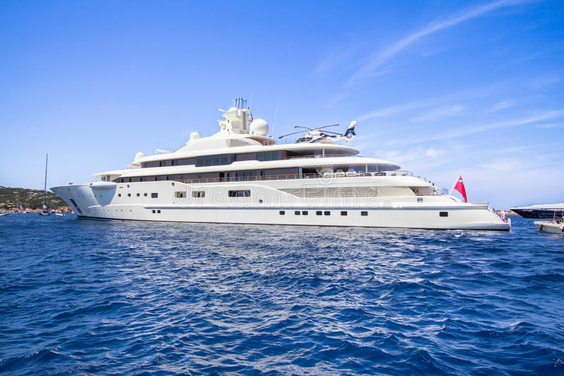Luxuxyacht im Meer stockfotos