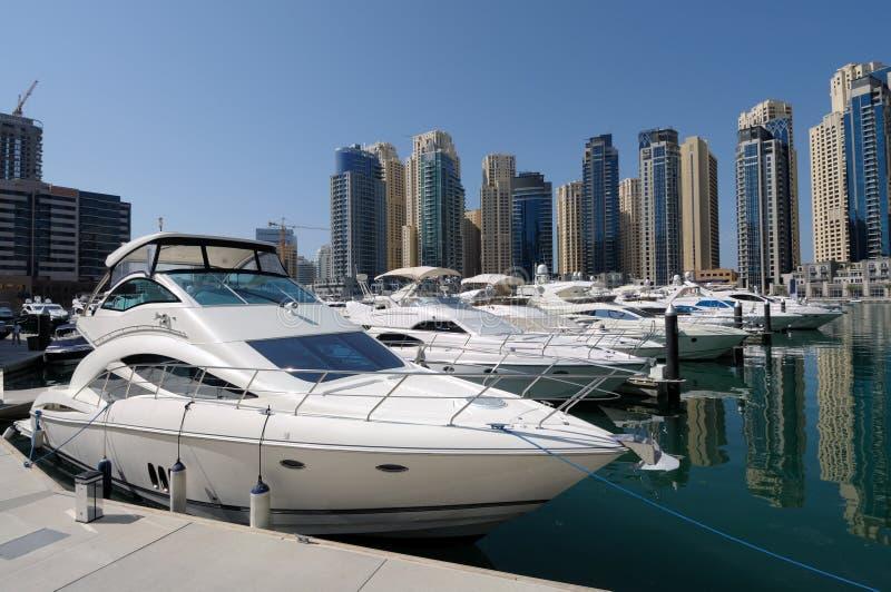 Luxuxyachten am Dubai-Jachthafen stockbilder