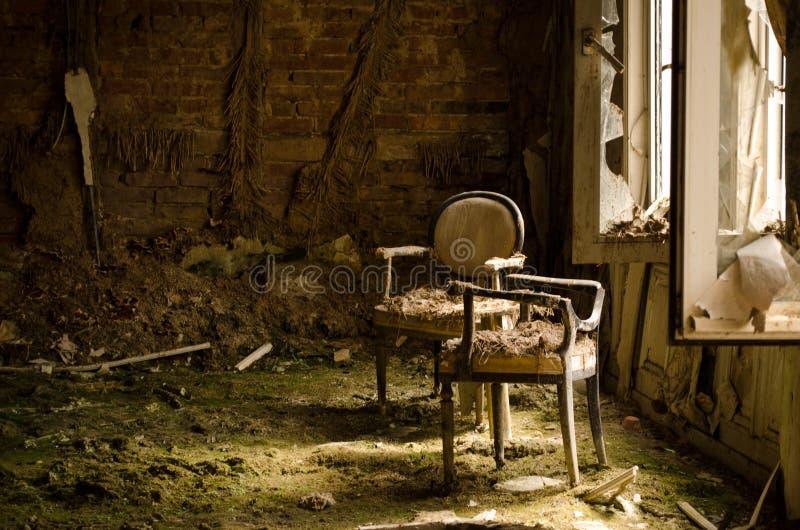 Luz agradável no hotel velho e arruinado imagens de stock royalty free