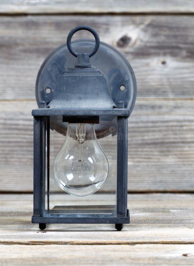 Luz al aire libre del vintage en la madera resistida imagen de archivo libre de regalías