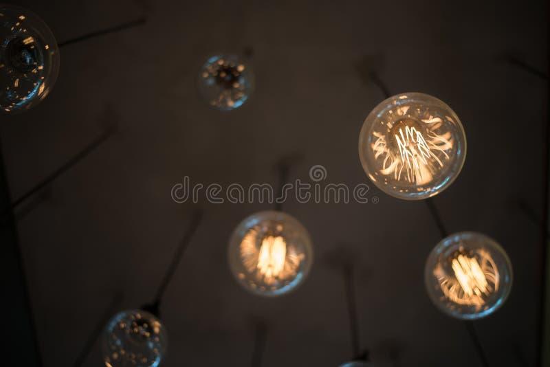 Luz amarilla de la lámpara que cuelga de sitio moderno interior de la pared del techo fotografía de archivo libre de regalías