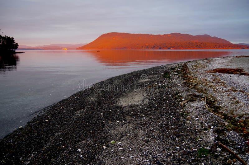 Luz anaranjada brillante del amanecer que brilla en las islas imagen de archivo