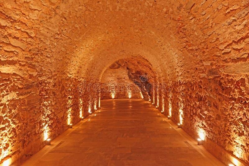 Luz ao longo e na extremidade do túnel foto de stock royalty free