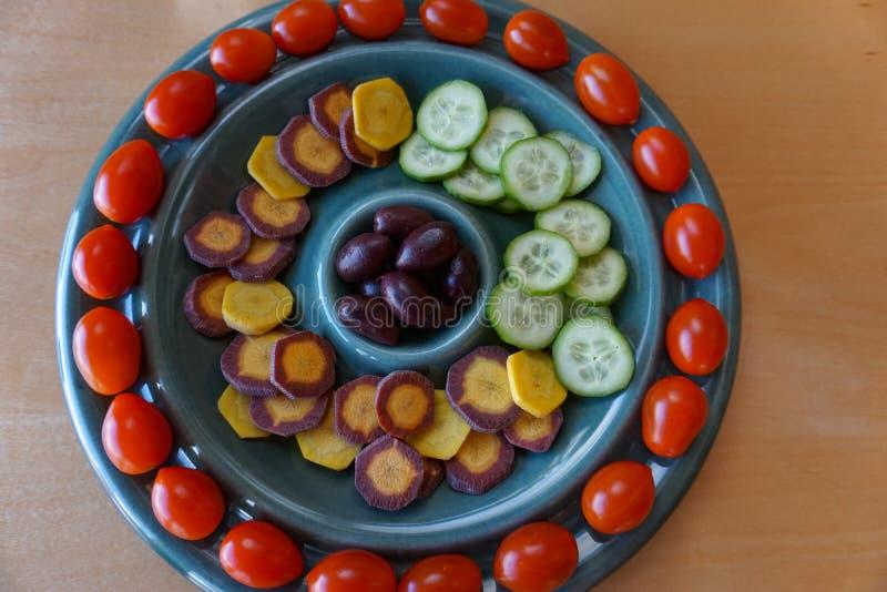 Luz, aperitivos vegetarianos sanos en el disco retro de la diversión fotos de archivo libres de regalías