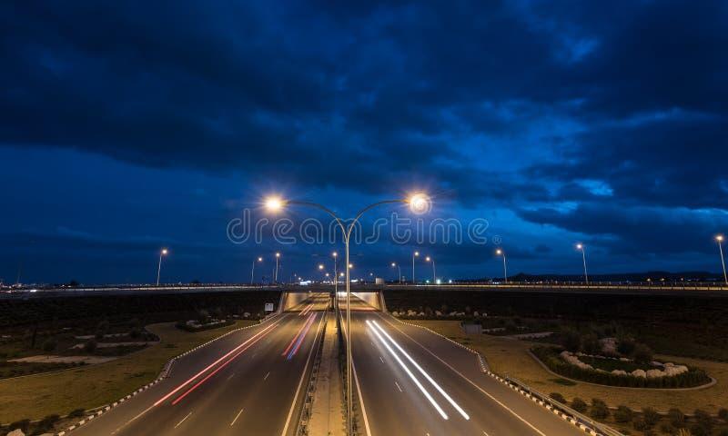 A luz arrasta dos carros moventes rápidos em uma estrada imagens de stock royalty free