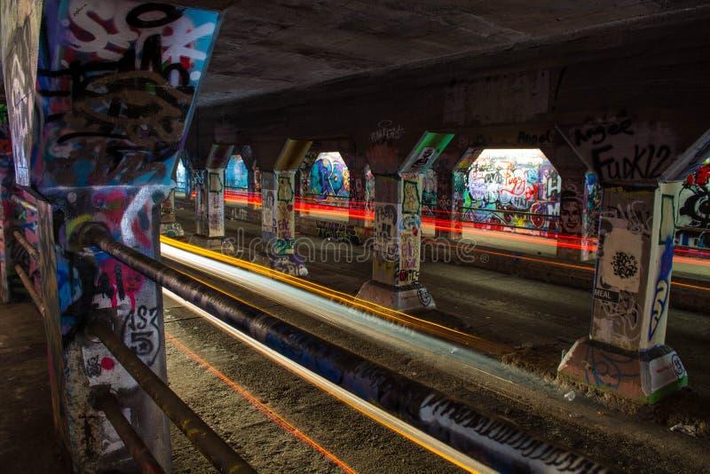A luz arrasta na ponte da rua de Krog, Atlanta, Geórgia, EUA fotos de stock