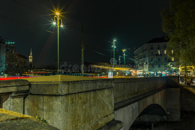 A luz arrasta na ponte no Naviglio grandioso - 1 imagem de stock