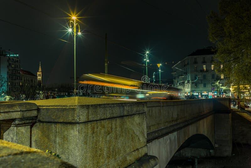 A luz arrasta na ponte no Naviglio grandioso - 3 fotografia de stock