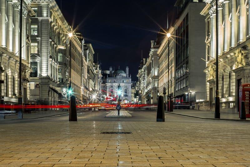 A luz arrasta no circo de Piccadilly em Londres na noite - 1 fotos de stock royalty free
