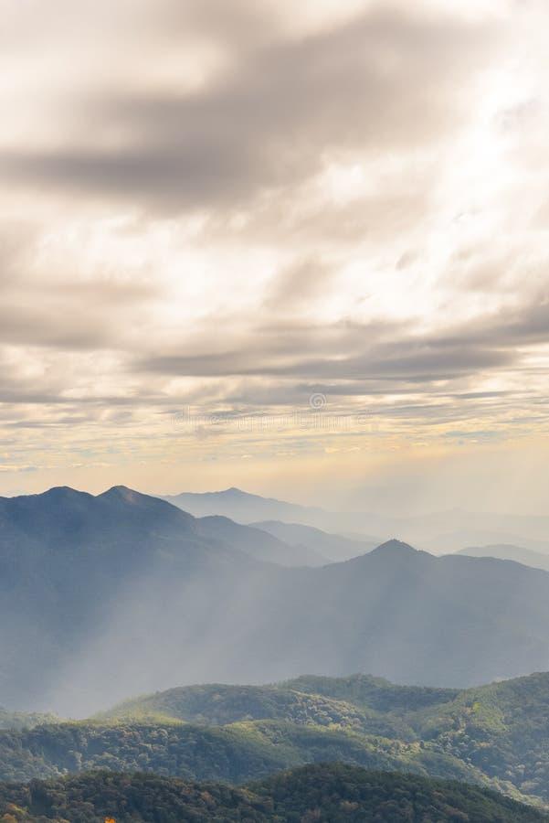 luz através das nuvens imagens de stock royalty free