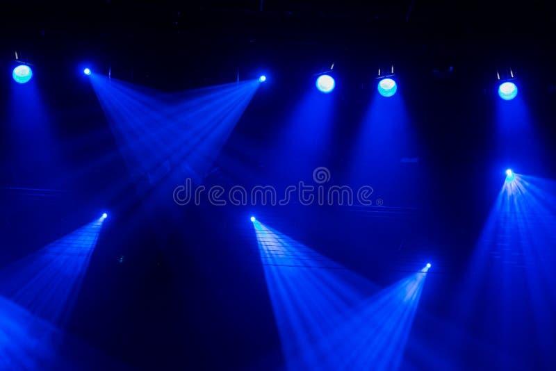 Luz azul Equipo de iluminación, proyectores en la etapa durante la demostración o funcionamiento imagenes de archivo