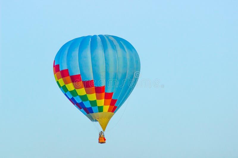 Luz - balão de ar quente azul com multi quadrados coloridos fotos de stock royalty free