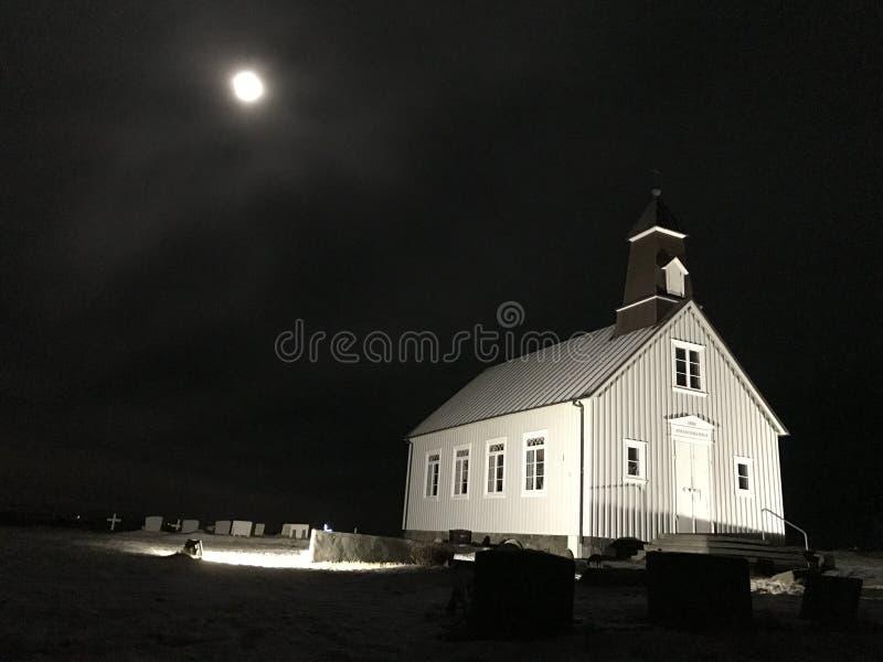 Luz blanca de Reykjavik Islandia de la iglesia por claro de luna imagenes de archivo