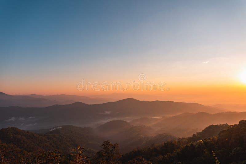 Luz bonita das montanhas da paisagem na manhã imagens de stock royalty free