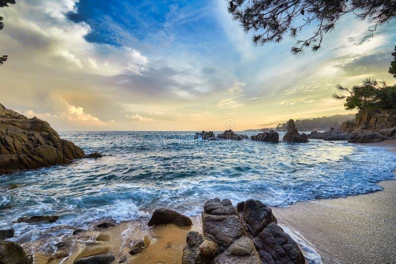 Luz bonita do por do sol em Costa Brava da Espanha, perto da cidade Palamos imagens de stock