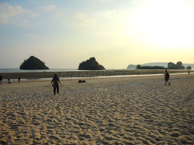 Luz bonita do por do sol na praia do nang do Ao, Krabi, Tailândia fotografia de stock