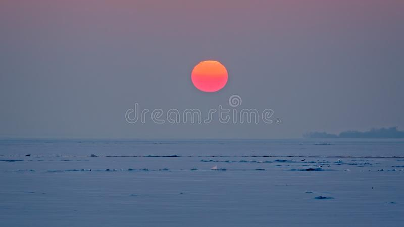 Luz bonita do por do sol sobre o lago Balaton em Hungria no inverno imagens de stock