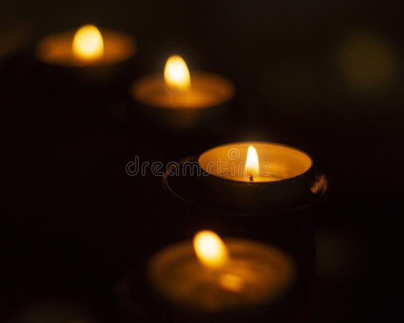 Luz bonita, morna da vela na obscuridade fotos de stock royalty free