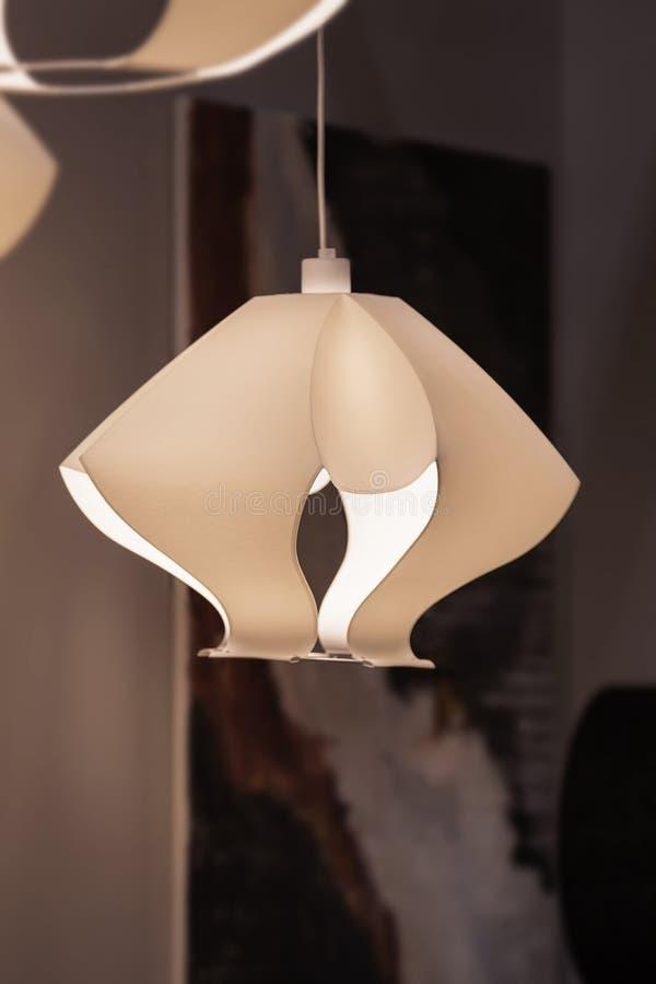 Luz branca e moderna, candelabro de papel no estilo nórdico escandinavo Chandelier feito com plástico, com vários geométricos imagens de stock royalty free