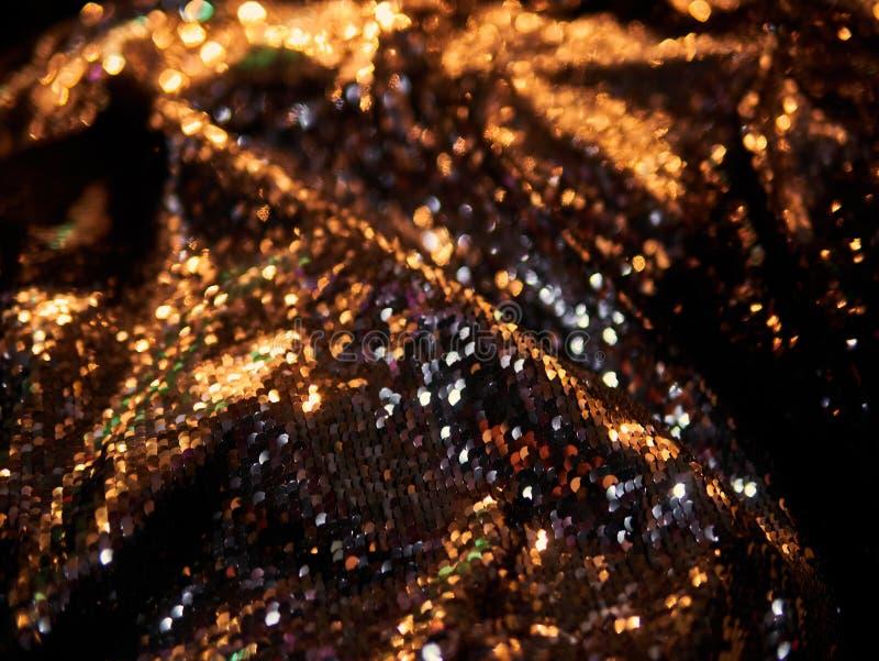 Luz brilhante vermelha defocused borrada Alargamento da lente Pontos brilhantes Fundo escuro foto de stock