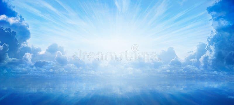 Luz brillante del cielo, luz de la esperanza y happyness de los cielos fotografía de archivo libre de regalías