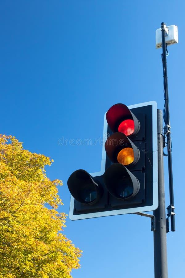 Luz británica del tráfico por carretera con la señal en rojo y ambarino fotografía de archivo