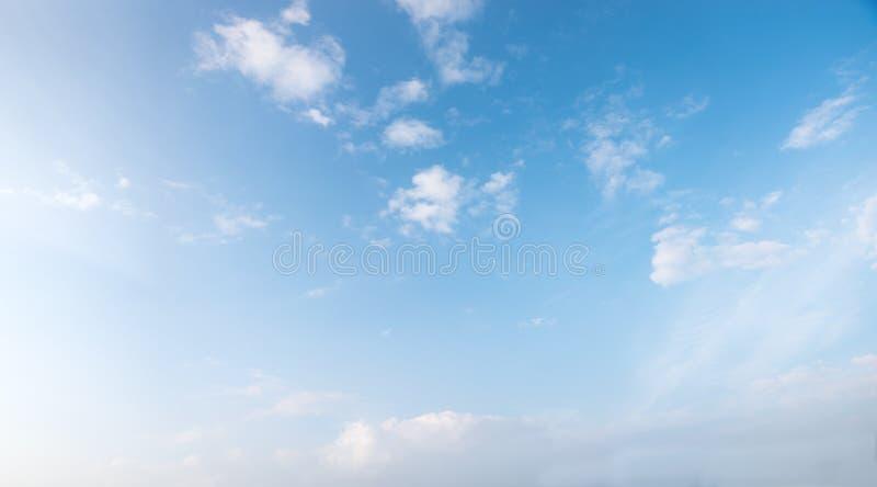 Luz - céu azul com as nuvens macias minúsculas foto de stock