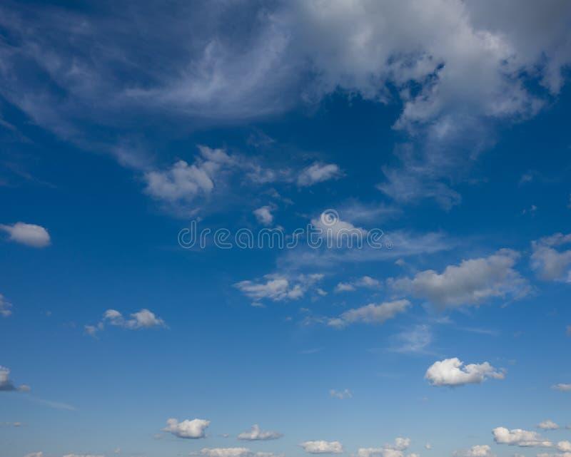 Luz - céu azul com nuvens imagens de stock royalty free